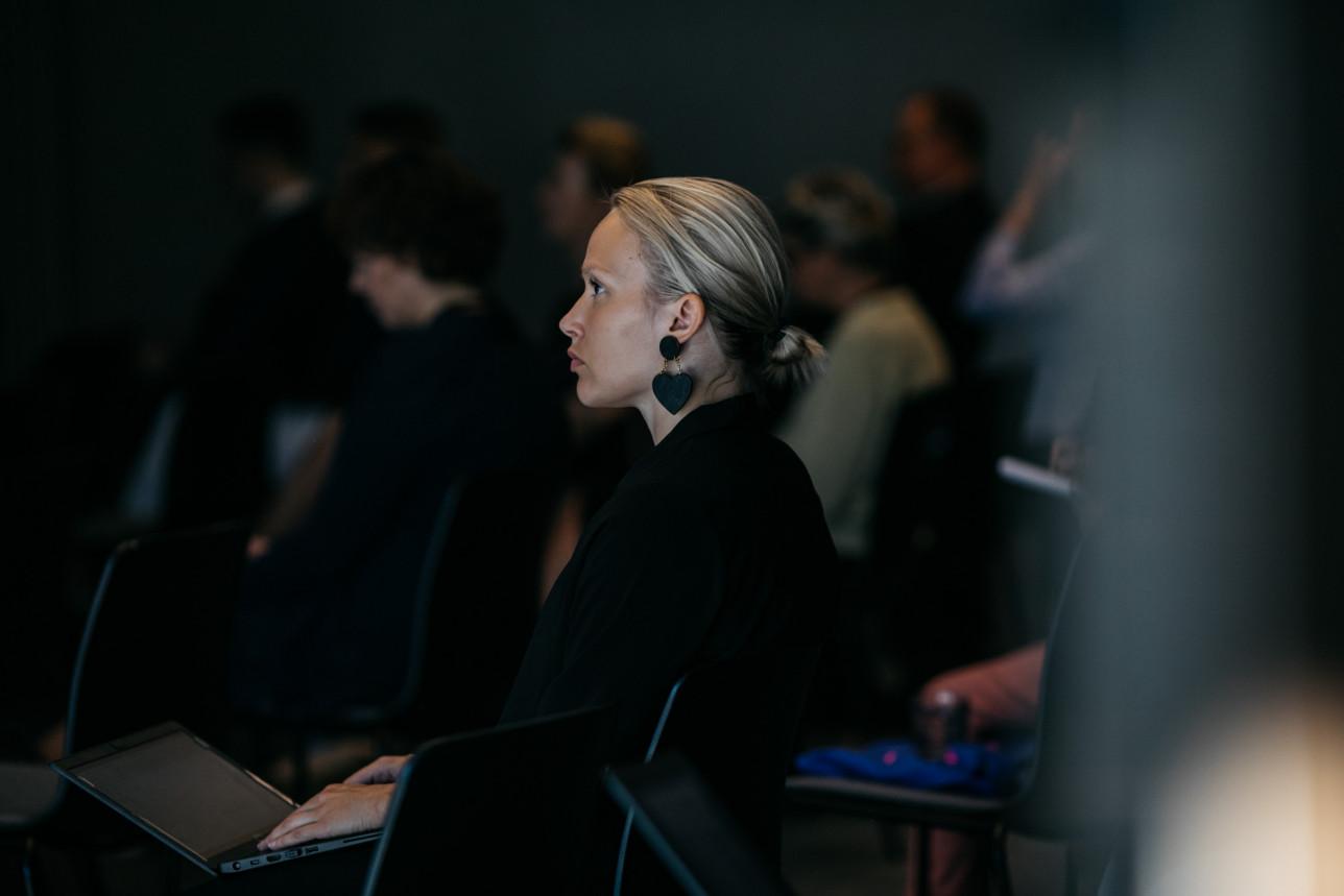 Kuvassa on nainen seuraamassa Eurooppa-foorumin ohjelmaa