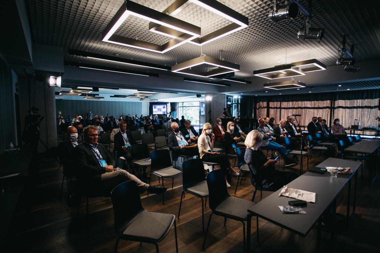 Kuvassa on ihmisiä seuraamassa paneelikeskustelua Radisson Blu Marina-hotellissa