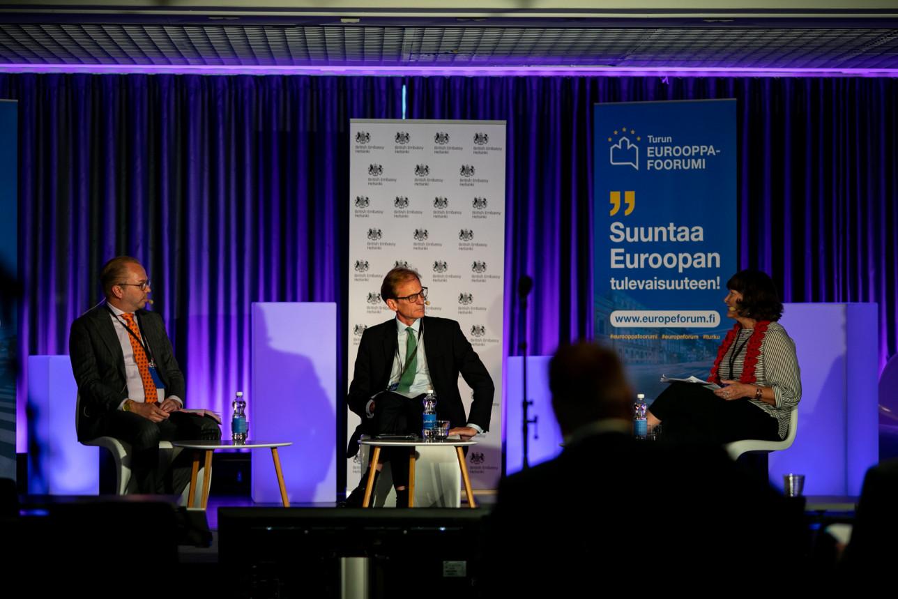 Puhujia keskustelemassa vuoden 2020 Eurooppa-foorumissa