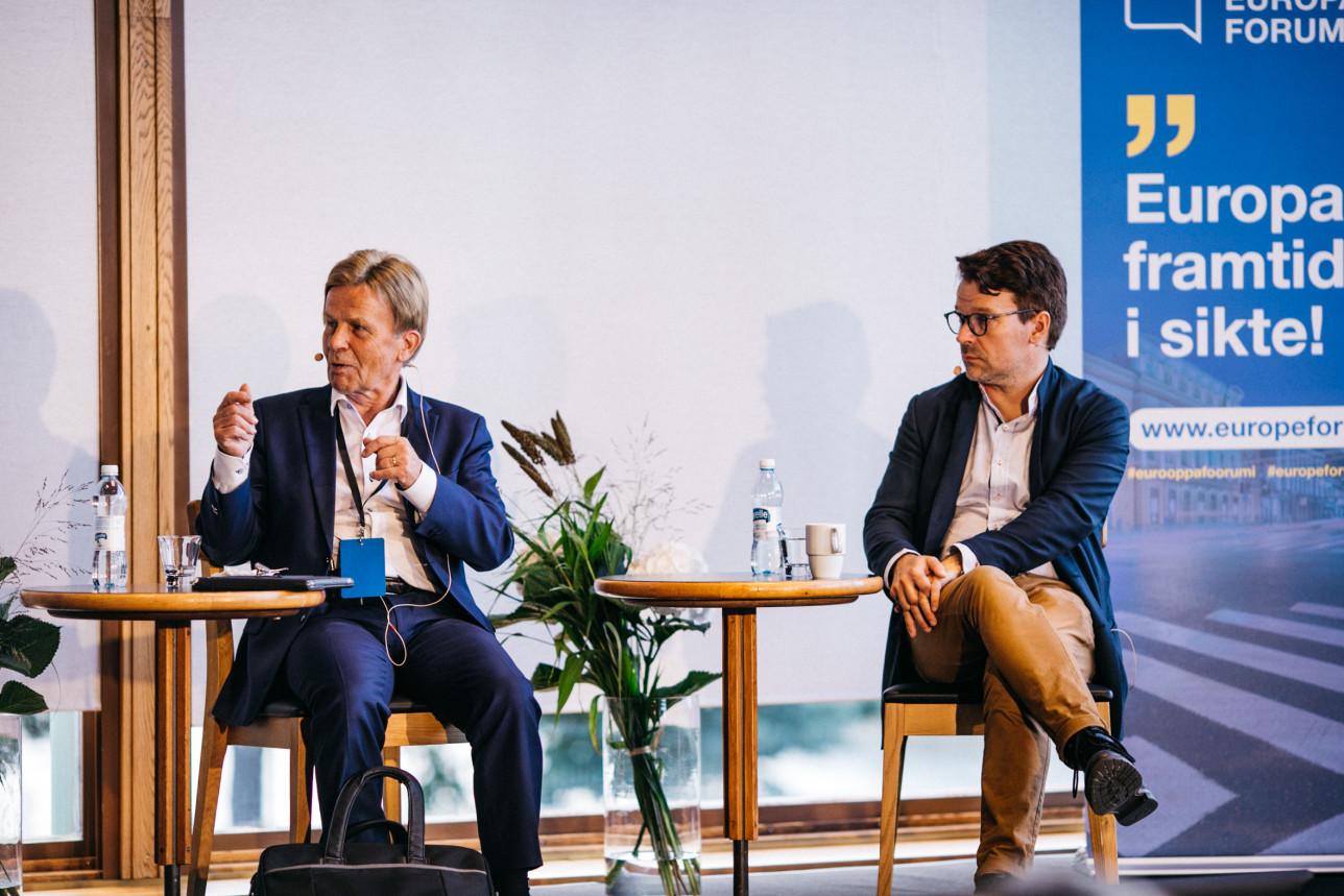 Mauri Pekkarinen ja Ville Niinistö keskustelevat