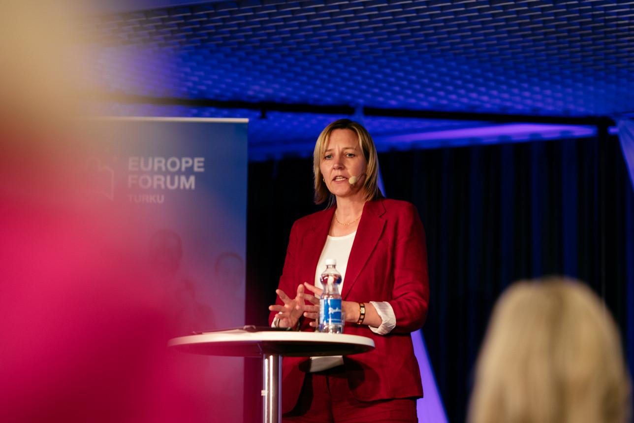 Ilze Juhansone puhuu vuoden 2021 Eurooppa-foorumissa