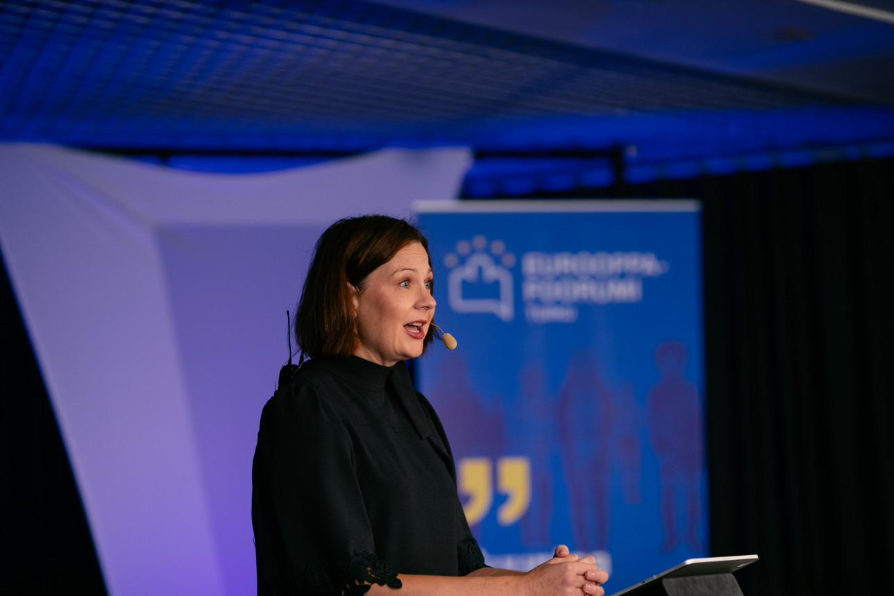 Minna Arve puhuu Eurooppa-foorumin perjantaipäivän avajaisissa