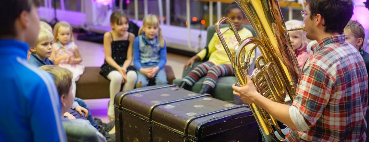 Lapsia kuuntelemassa TFO:n soittajia