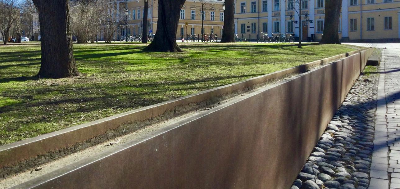 Vanhalla Suurtorilla sijaitsee Kain Tapperin cortén-teräksestä ja graniitista valmistettu teos Ajan virta. Muurin päällä virtaa kesäkaudella vesi.