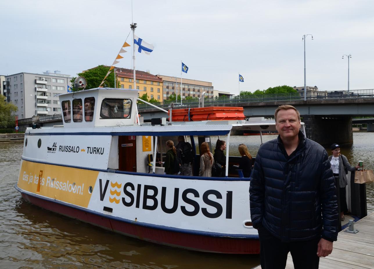 Antti Kirkkola Fölin vesibussin edessä