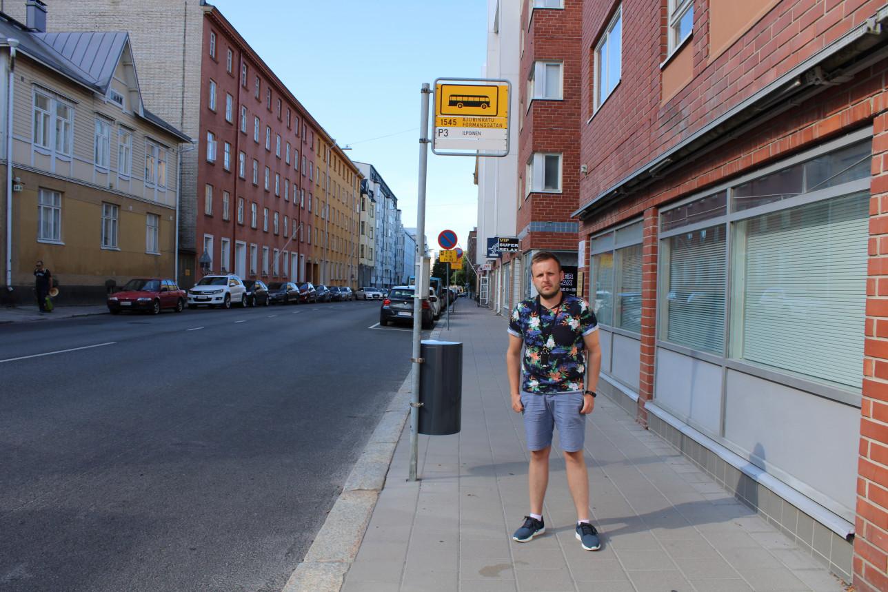 Juho Taavetinkangas bussipysäkillä