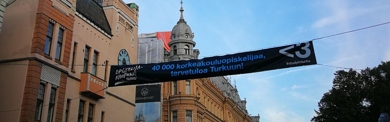 Tervetuloa Turkuun opiskelijat -banderolli Aurakadulla