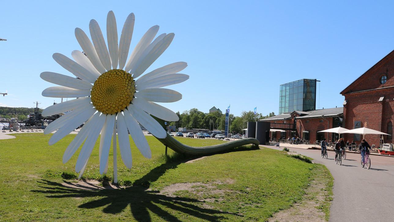 Päivänkakkara-teos Forum Marinumin edustalla.