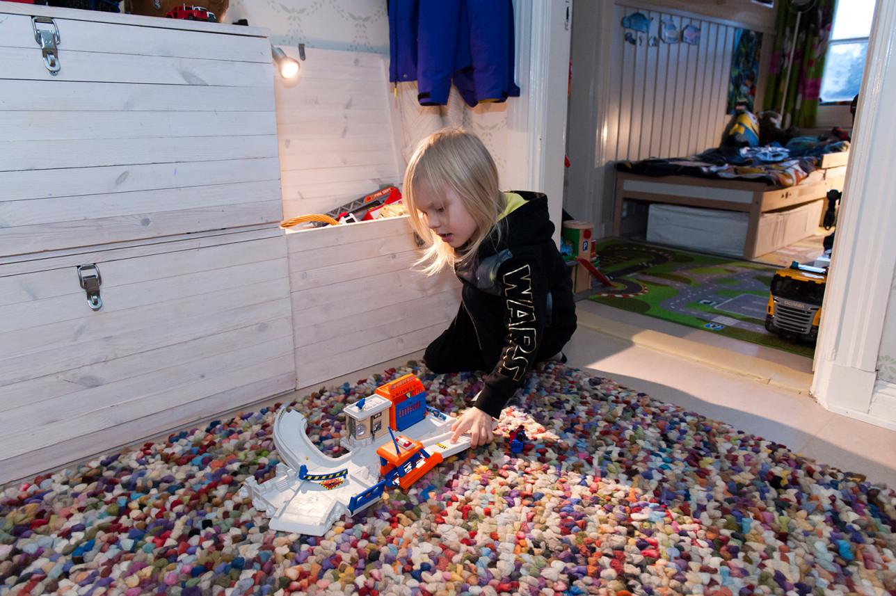 Gösta Kyynäräinen leikkii mielellään huoneessaan.