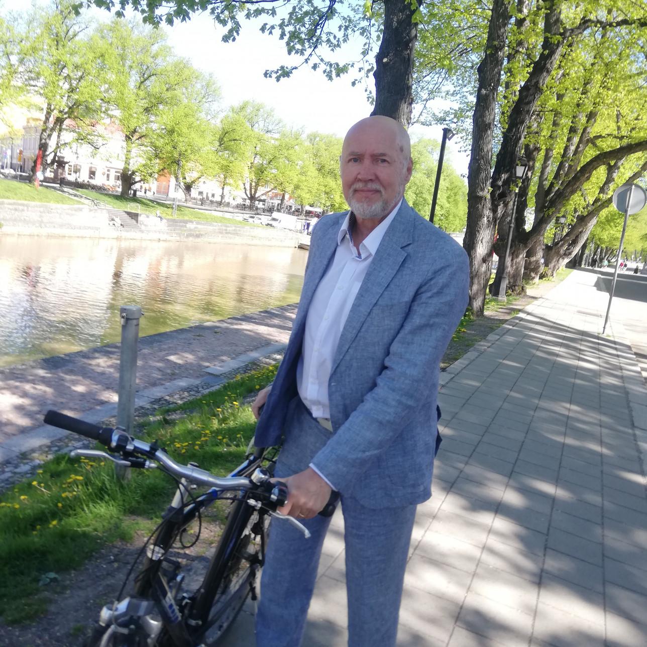 Timo Hintsanen pyörän kanssa