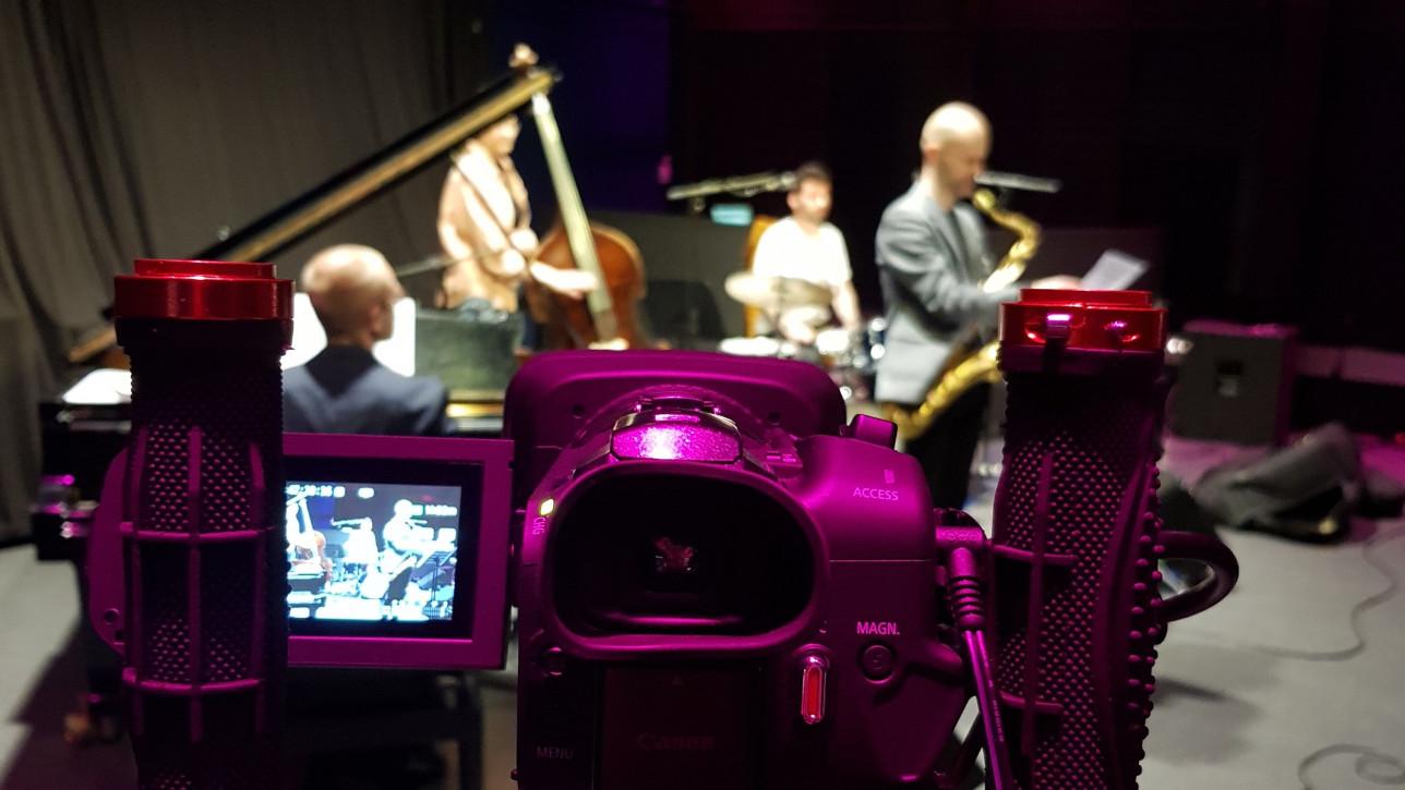 Kamera kuvaa bändiä.