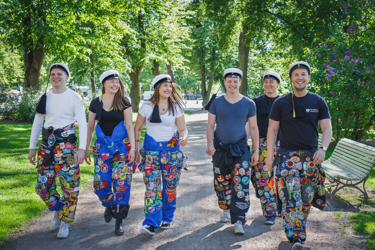 Opiskelijoita puistossa