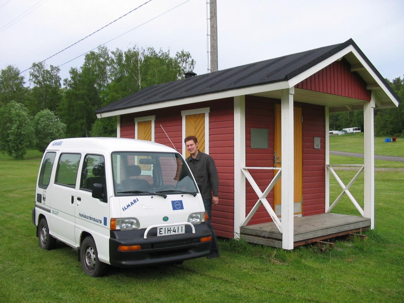 Ilmariksi ristitty Elcat ja ympäristötarkastaja Toni Mattila Ruissalon mittausasemalla.