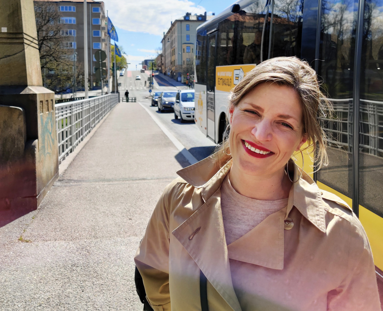 Anu Perho hymyilee kadulla kesällä.