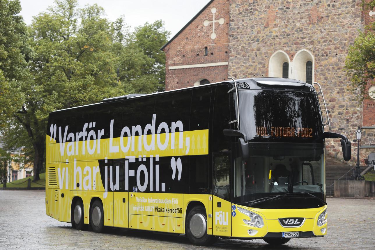 Keltainen kaksikerroksinen Fölin bussi Tuomiokirkon edustalla.