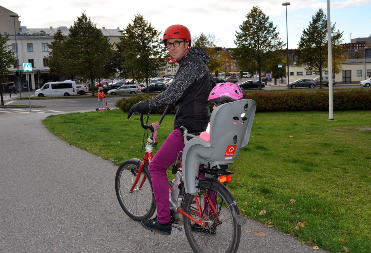 Kari Jakobson pyörän selässä