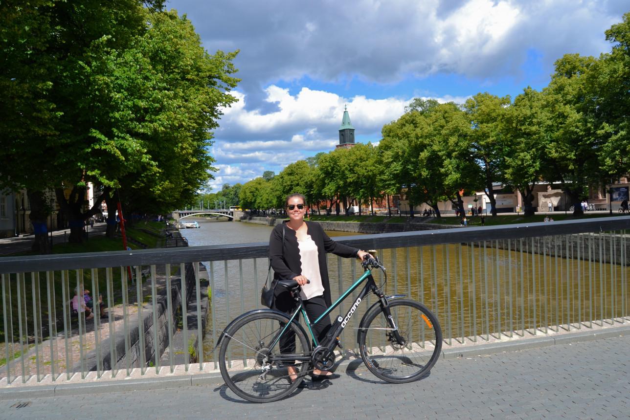 Katariina Salokannel pyörän kanssa Kirjastosillalla
