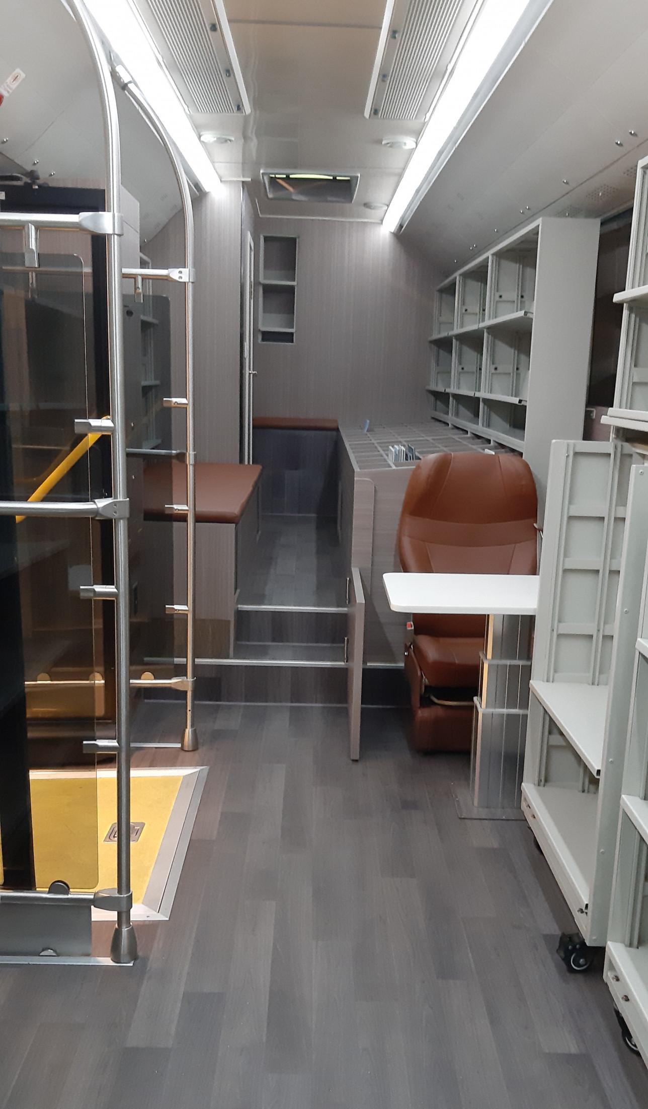 Uuden kirjastoauton sisätilat