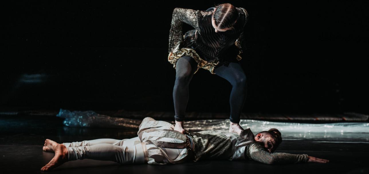 Esityksen kohtaus, jossa Don Eläina on korppikotkana Don Cômpun päällä, joka on liimautunut lattiaan.