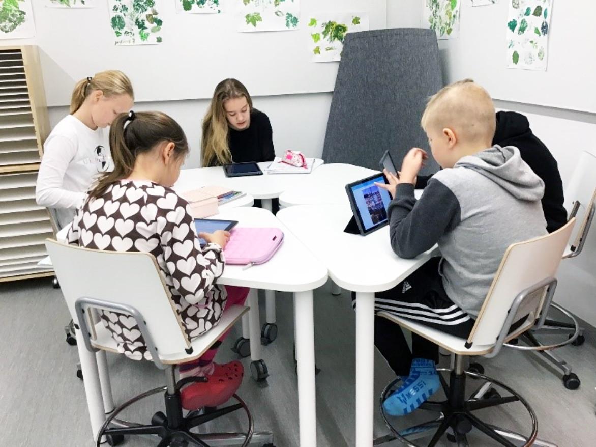 Koululaiset tutkivat Ipadeja