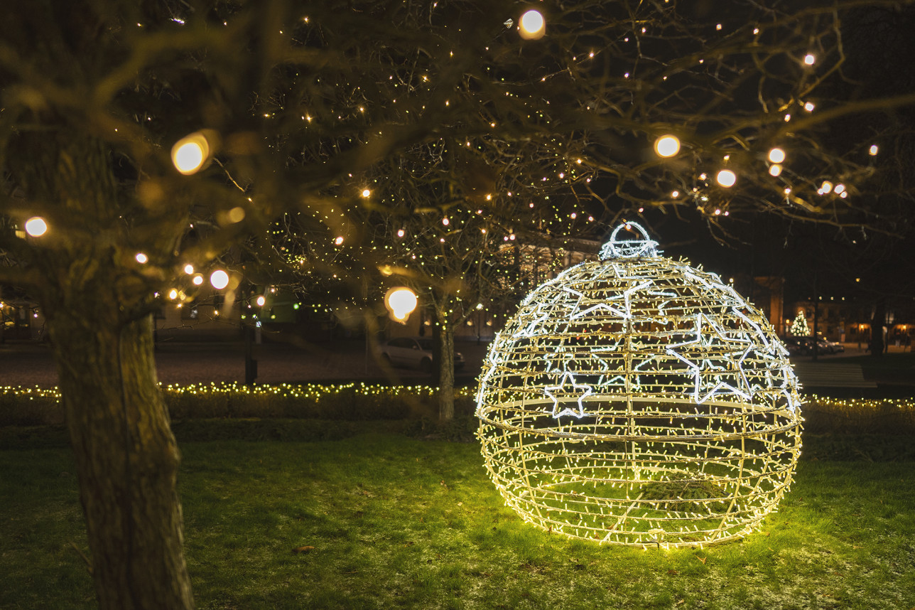 Joulukuusen koristepallon muotoiset jouluvalot Brahenpuistossa