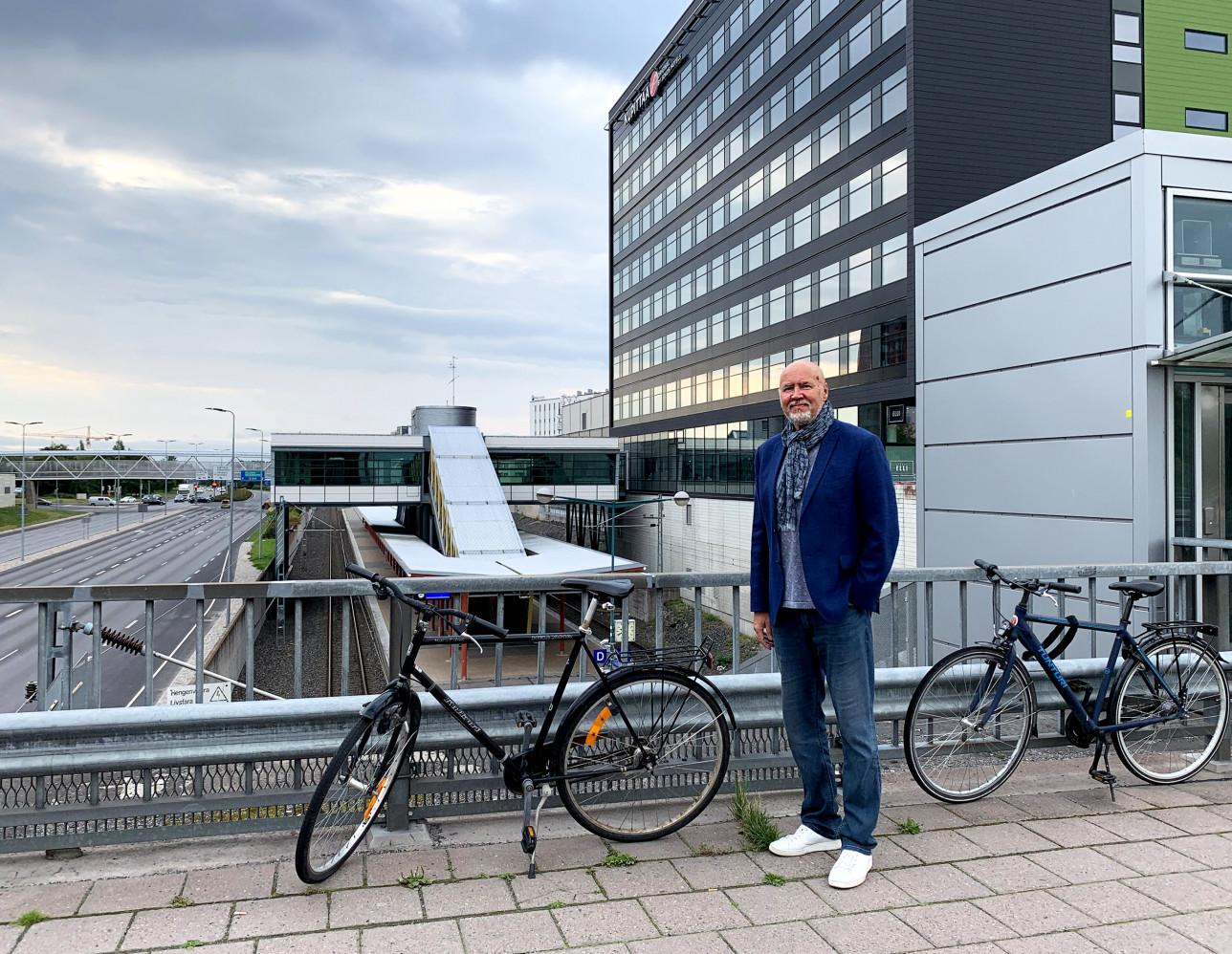 Timo Hintsanen Kupitaan aseman edessä pyörän kanssa.