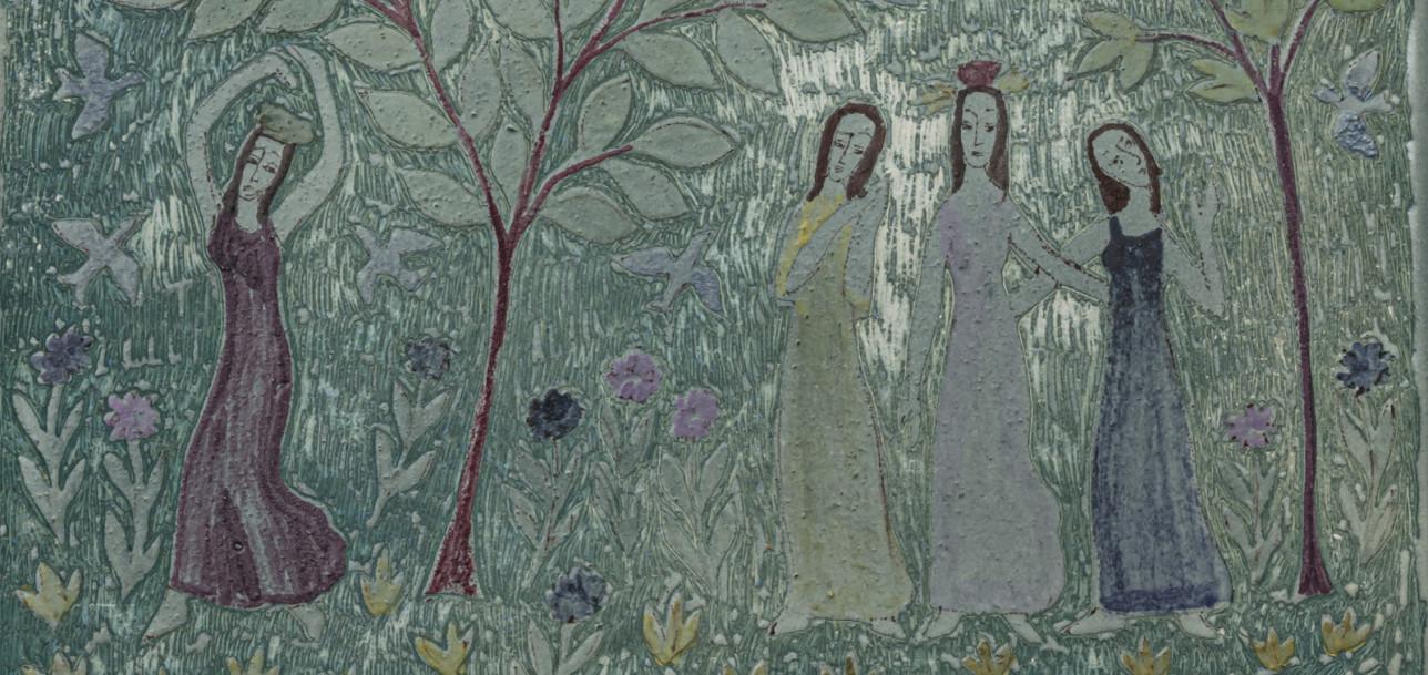 Birger Kaipiaisen maalaamassa keramiikkalautasessa neljä sulotarta kukkaniityllä puiden katveessa.