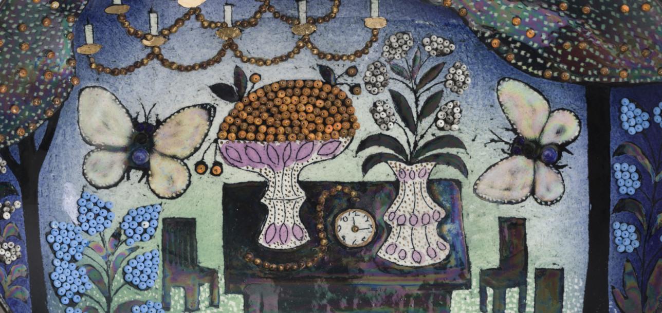Huone, jonka katosta roikkuu suuri kynttiläkruunu ja keskellä on pöytä ja tuoleja. Pöydälle on katettu korkea vadillinen marjoja, kukkia maljakossa ja taskukello, joka näyttää aikaa 12:15. Ympärillä lentelee kaksi suurta perhosta.