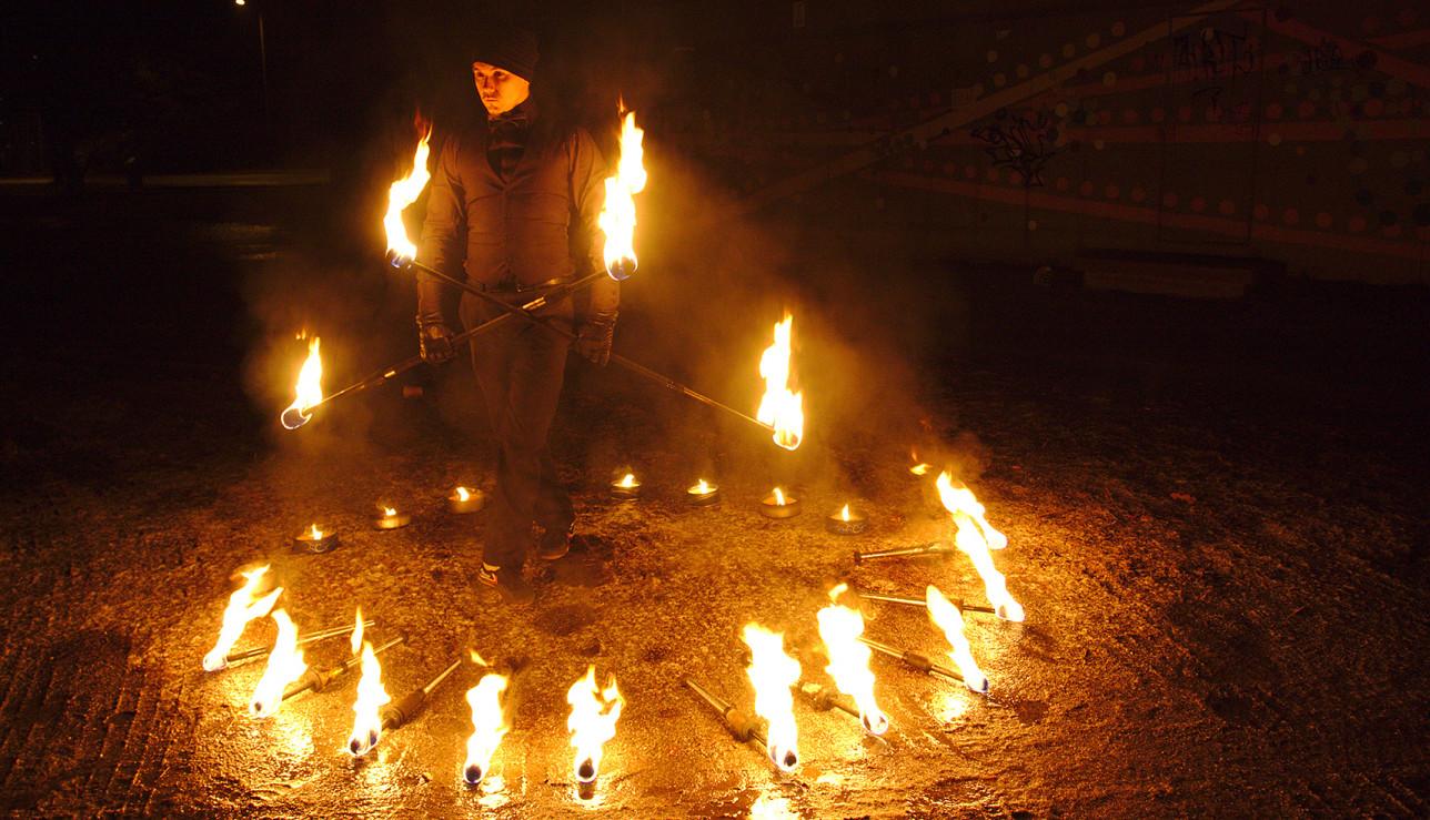 Tulitaiteilija tulen ympäröimänä valofestivaalissa