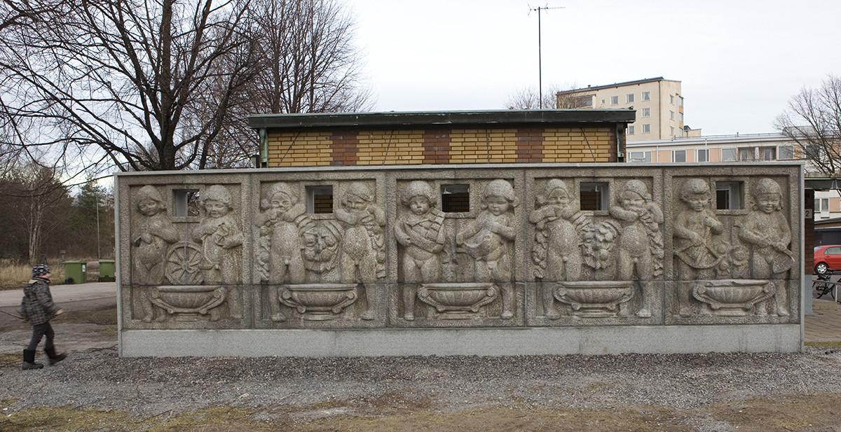 Into Saxelinin Leikkiviä lapsia -reliefi