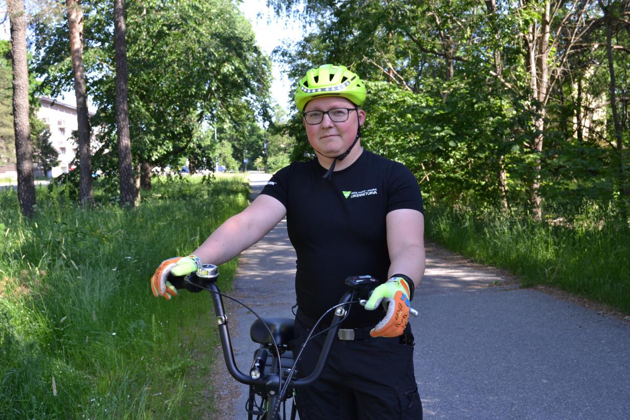 Elias Ruutti talutaa pyörää