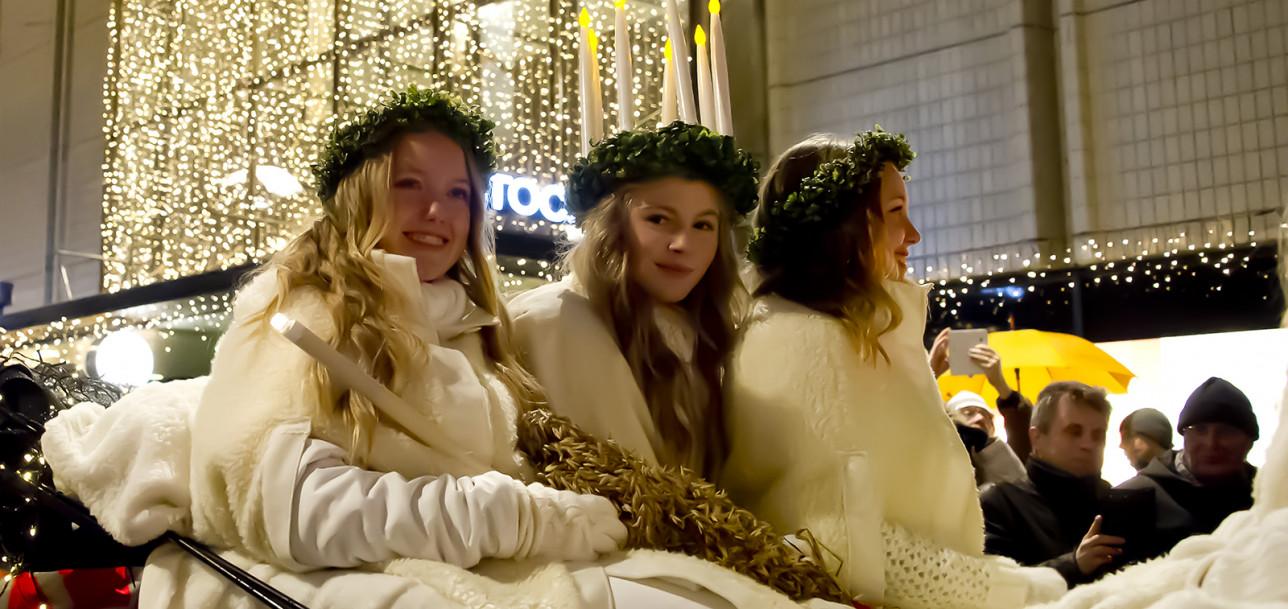 Luciakulkue joulukadulla