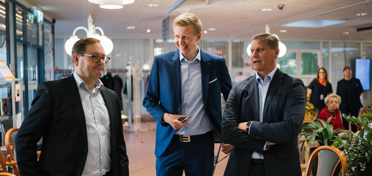 Elisan toimitusjohtaja Veli-Matti Mattila, aluejohtaja Juha Laukkanen ja Turun kaupungin hallintojohtaja Tuomas Heikkinen.