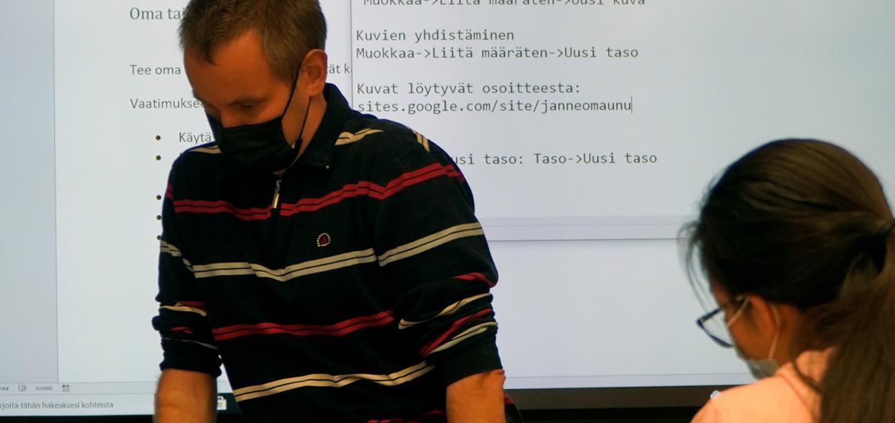 Opettaja Janne Maunu Tietotekniikka ja STEAM -valinnaisaineen tunnilla.