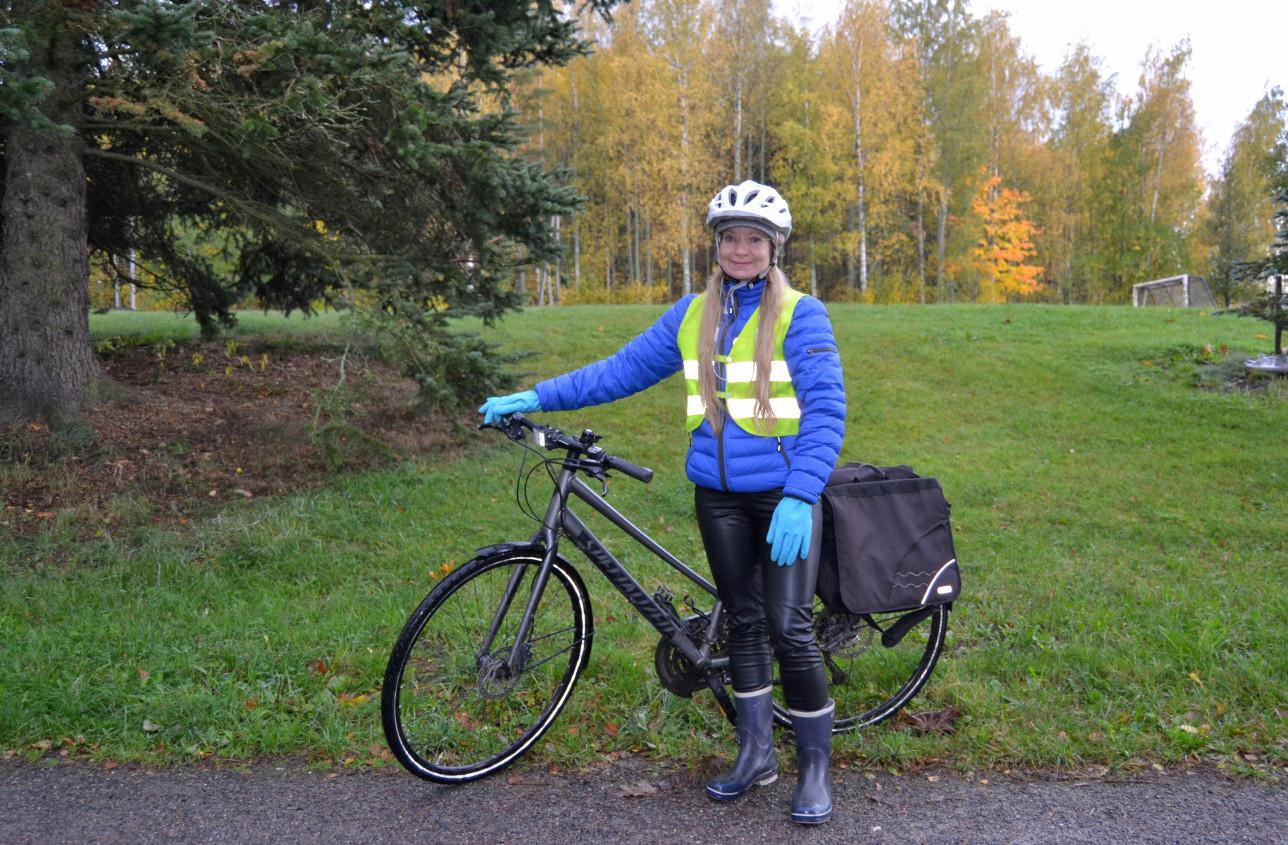 Miina Nurmi taluttaa pyörää