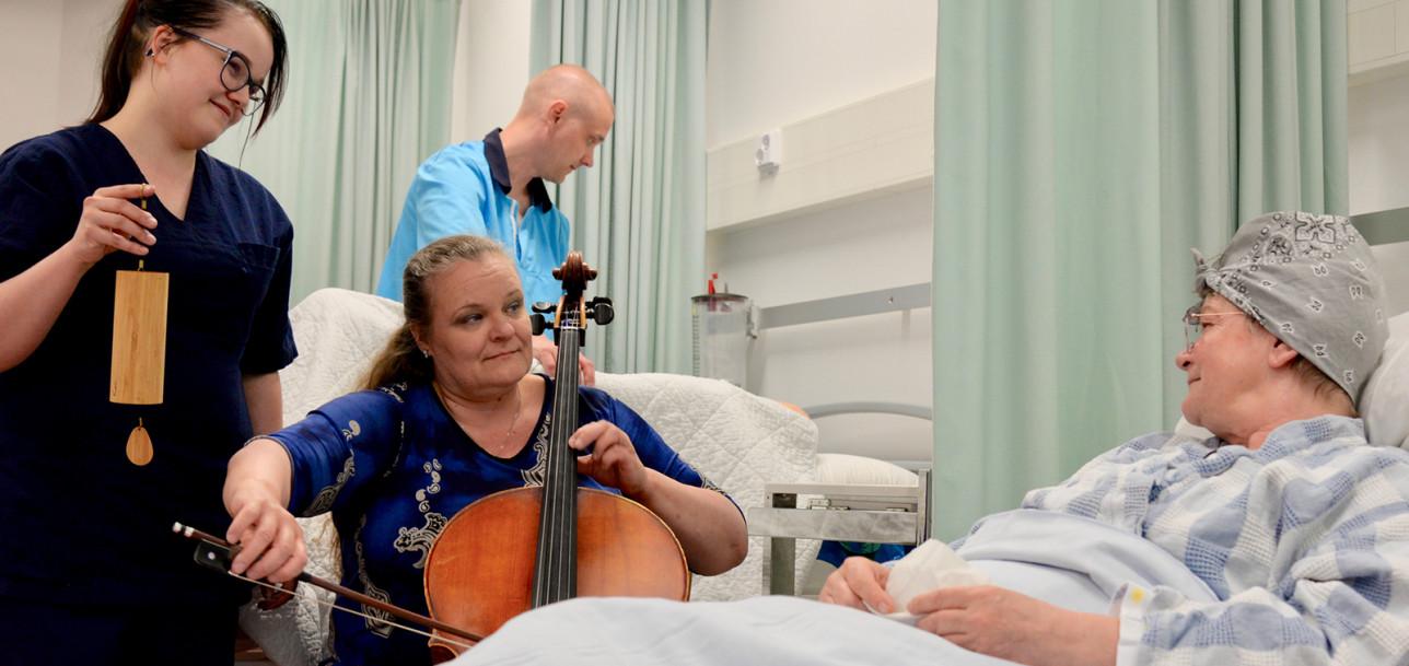 Musiikki virkistää ja hoitaa myös ikääntyneitä. Sairaala- ja hoivamuusikko Katja Kolehmainen soittaa myös Turun filharmonisessa orkesterissa.