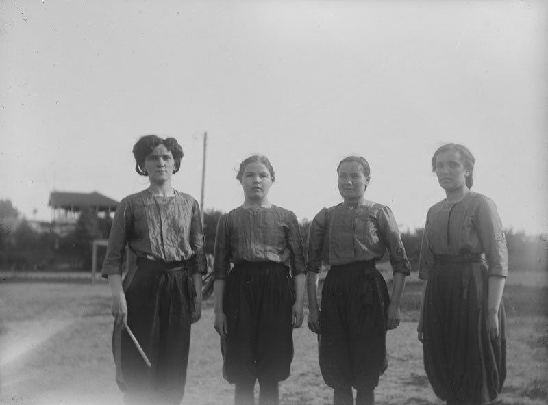 Neljä naista rivissä ulkona.