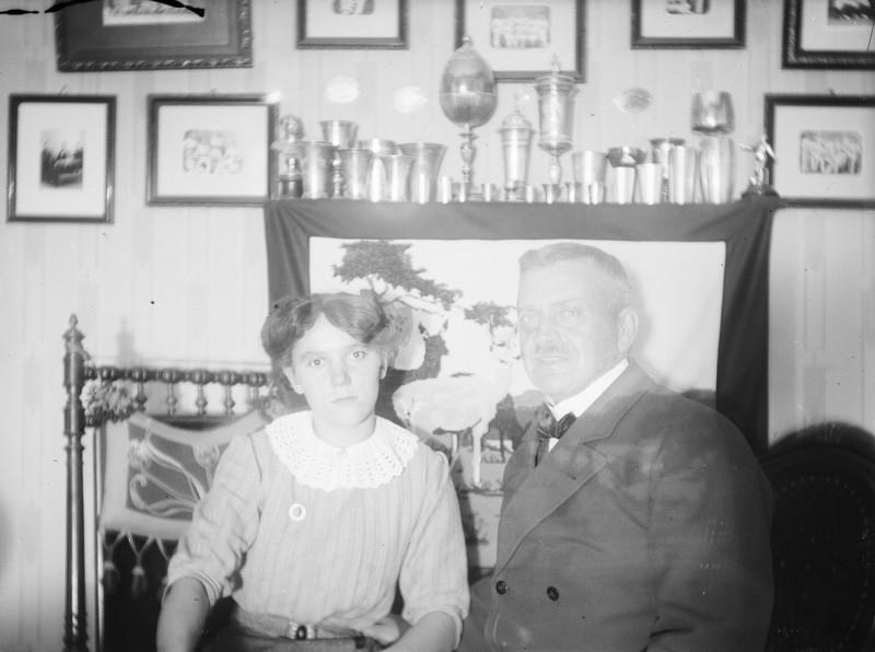 Mies ja nainen vierekkäin, molemmat katsovat kameraan.