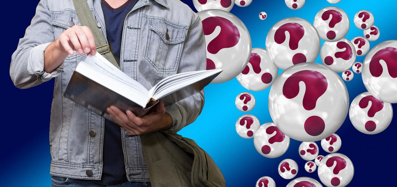 Nuorella on kirja kädessä ja paljon kysymyksiä