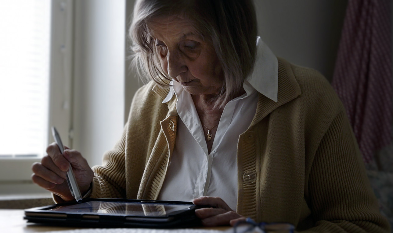 Seniori selailee tablettia