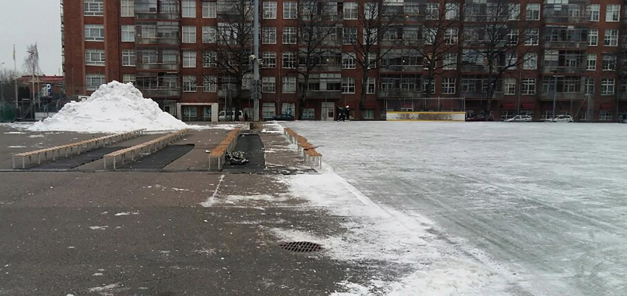 Parkin kentällä luistimet vaihdetaan jalkaan ulkopenkeillä.