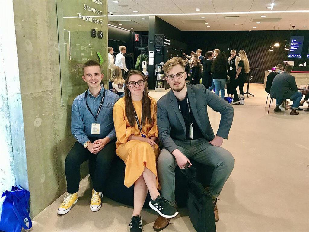Kuvassa on kolme nuorta henkilöä Eurooppa-foorumissa