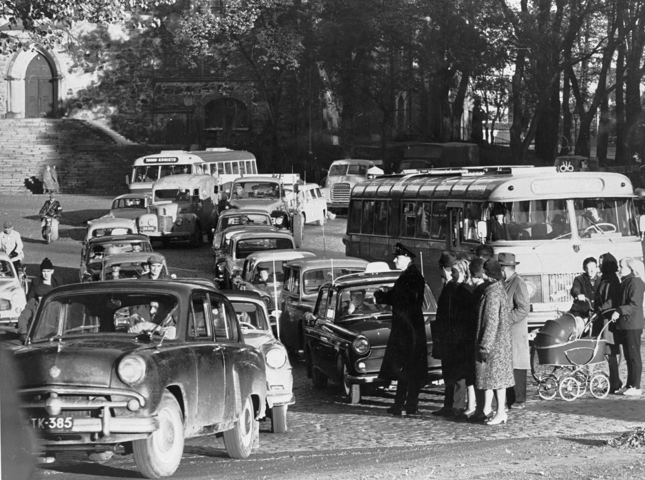 Tuomiokirkkotorin liikennettä 50-luvulla