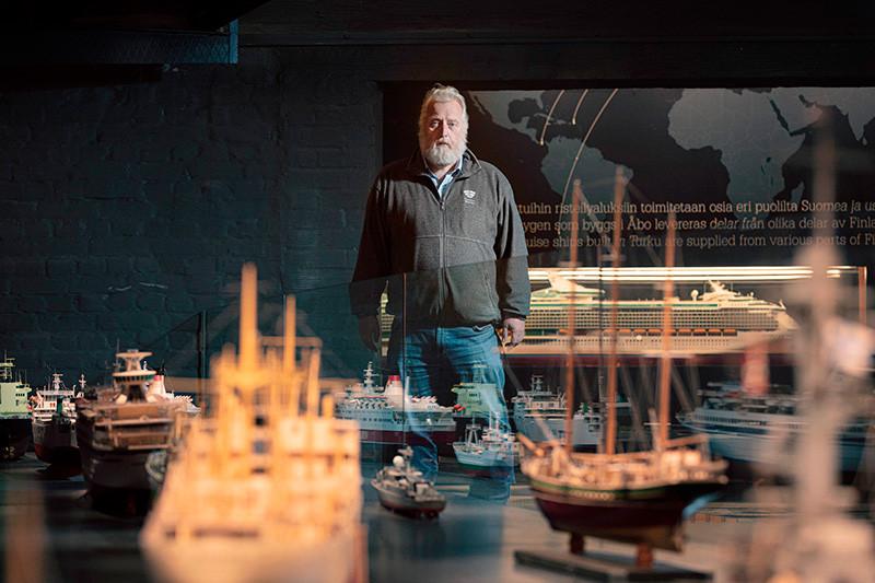 Jarmo Saarinen Forum Marinumin näyttelyssä, etualalla laivojen pienoismalleja. Kuva: Ville Mäkilä