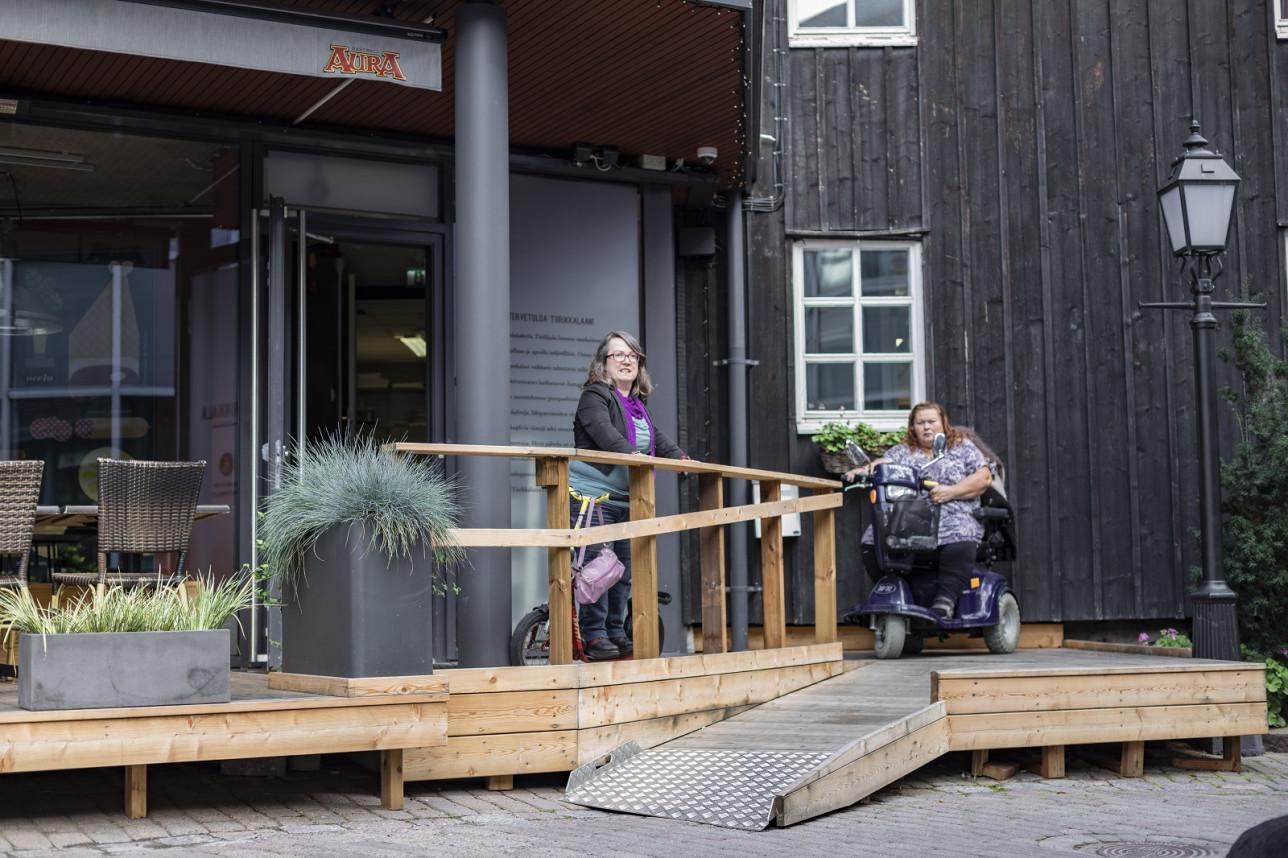 Sanna Leppäjoki-Tiistola ja Päivi Holm ravintola testaavat Paninin terassin uutta kulkuliuskaa.