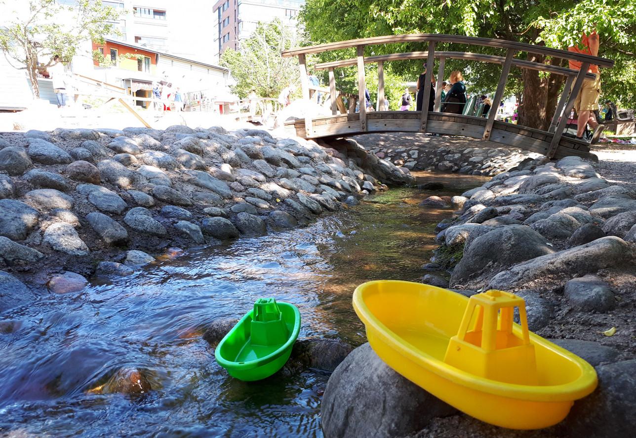 Seikkailupuiston joki ja silta