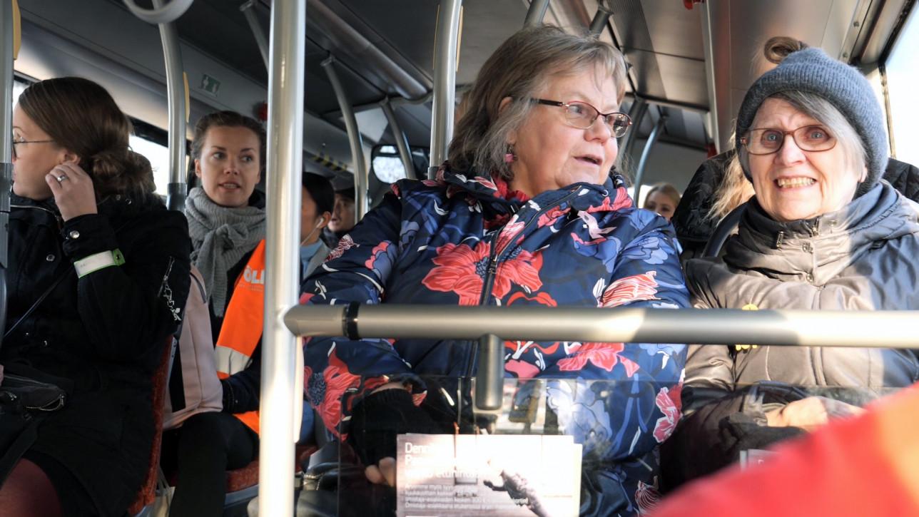 2 eläkeläisrouvaa istuu bussin kyydissä