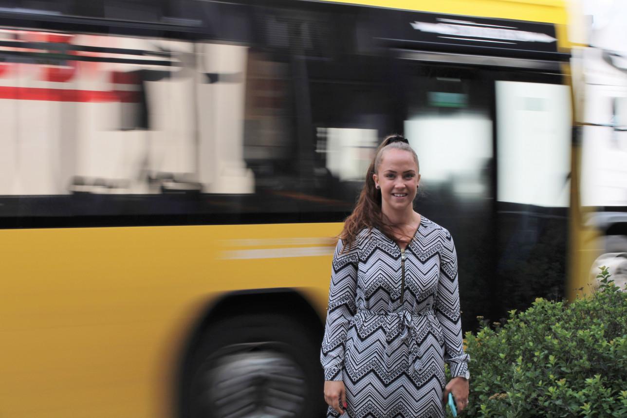 Noora Mäki-Arvela keltaisen Fölin bussin edustalla