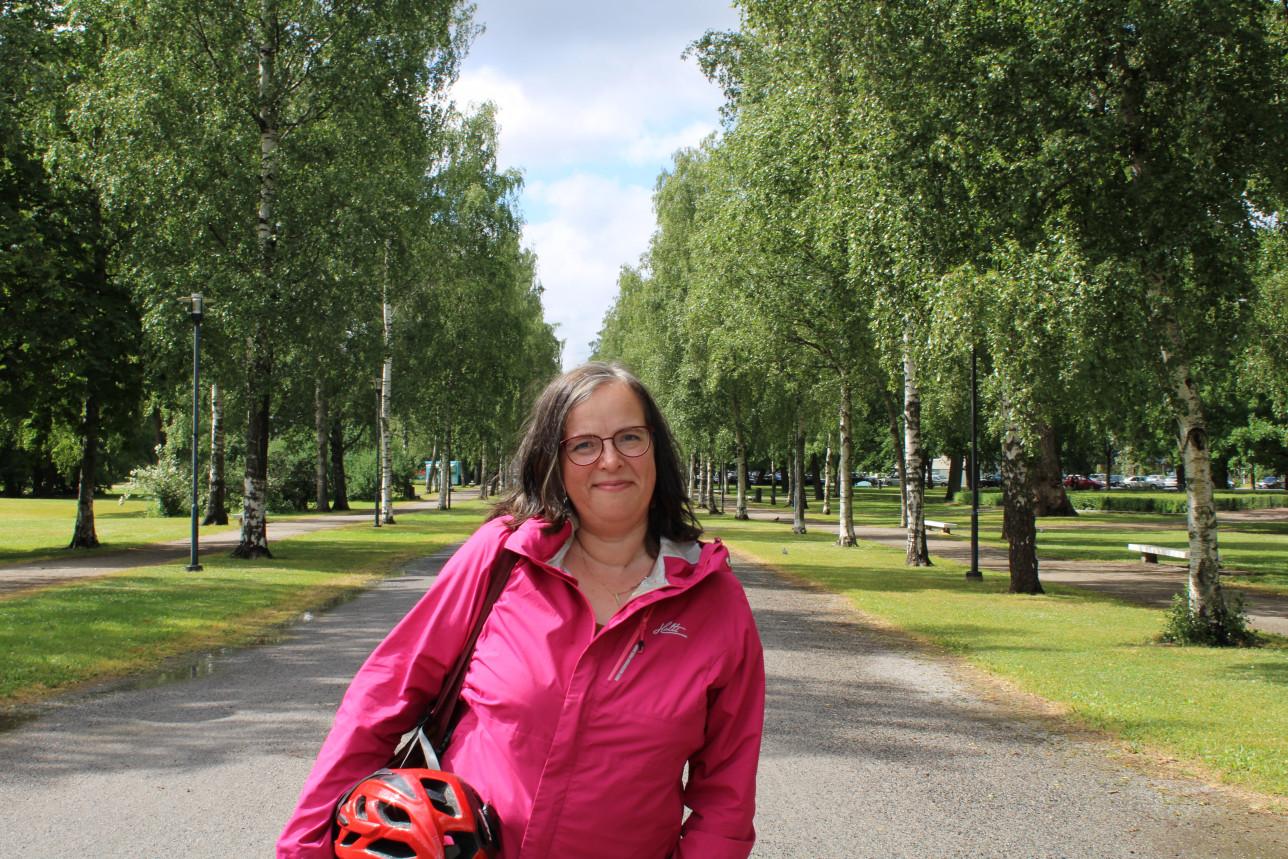 Stella Aaltonen vehreällä puistotiellä