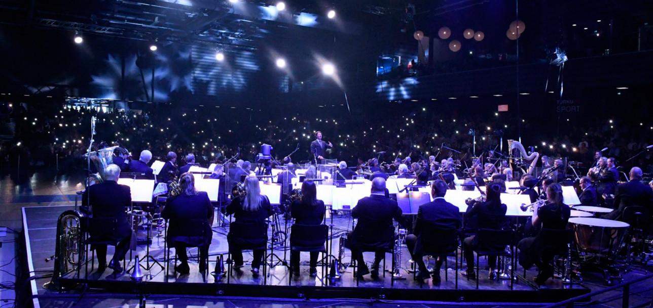 Turun filharmoninen orkesteri soittamassa konserttia Sinfonia palloiluhallille